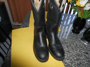 COWBOY OR MOTORCYCLE  BOOTS STEEL TOE MEN SIZE 8  .