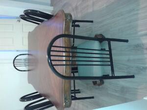 Grande table+6 chaises+2 lits bonne etat Saguenay Saguenay-Lac-Saint-Jean image 8