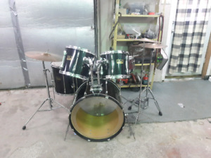 Pearl drum kit with Mapex snare