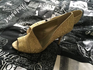 Beautiful gold sparkly heels in size 11