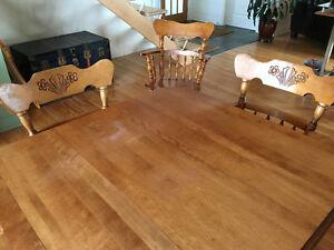 Ensemble -Vaisselier, table et 7 chaises en bois, marque Bermex