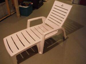 Chaise longue de patio + Table et 4 chaises