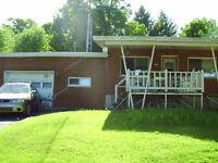 maison bungalow en brique avec garage vue accès lac roxton pond