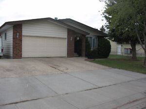 4 BEDROOM BUNGALOW WITH IN-LAW SUITE IN LEDUC