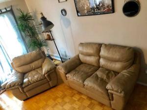 Divan en cuire deux morceaux.Two Piece leather couch (Prix Nego)