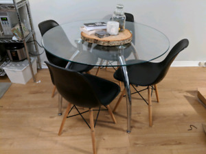Table et 4 chaises / table and 4 chairs dining set