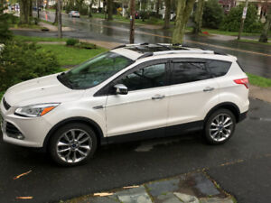 2014 Ford Escape SE - Navigation, power hatch, sunroof, camera.