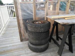 8 pneus d'hiver sur jantes P 165 65R14 . En très bon état!