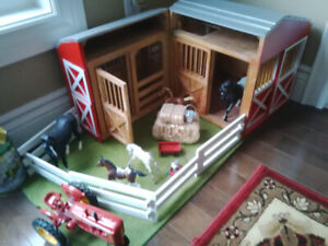 Melissa and Doug LARGE Wooden Barn w/fence, hay