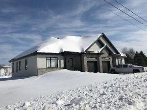 Grand logement style condo avec garage annexé et sous-sol