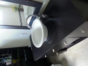 Lavabo de chambre de bain rond et vasque avec robinet chromé