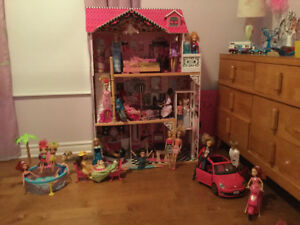 Maison Barbie avec lot de Barbies, auto, piscine, scooter
