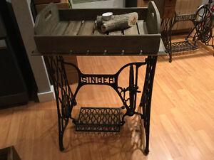 Table vintage sur base de machine à coudre Singer original