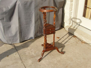 ANTIQUE / VINTAGE PLANT STAND