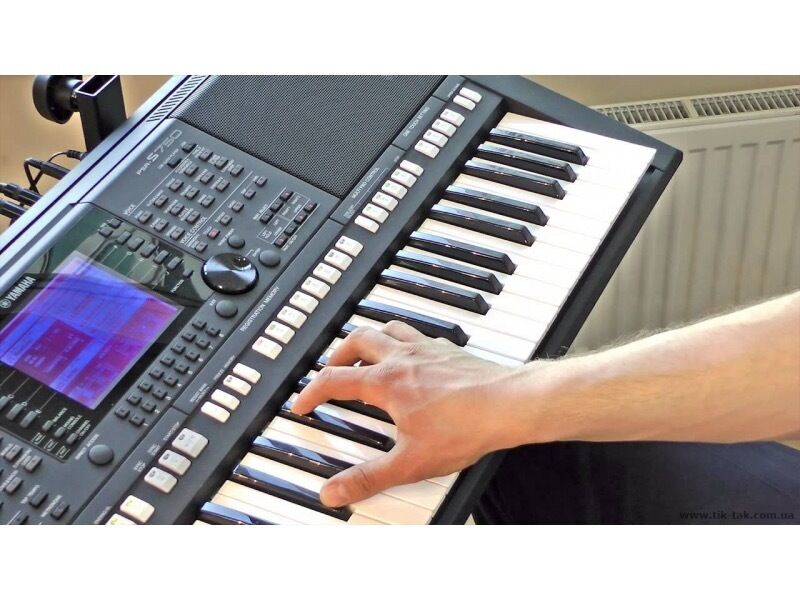 YAMAHA PSR-S750 Keyboard, Music Rest and stand