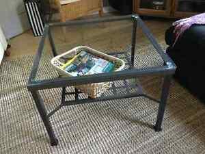 Table de salon en verre et fer forgé, modèle acheté chez IKEA
