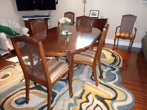 Mint Condition Dining Table & 6 Chairs