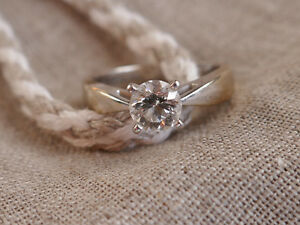 Gorgeous engagement ring, 18 k White Gold with Canadian Diamond