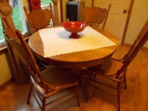 Table + 4 matching chairs - wood