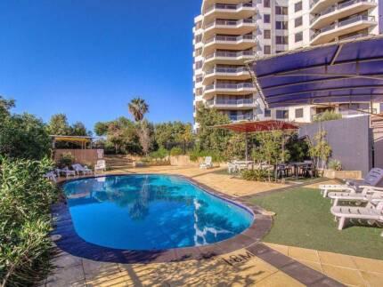 Room 4 rent. Ocean view. Swimming pool. Wi-fi. Cool flatmates.