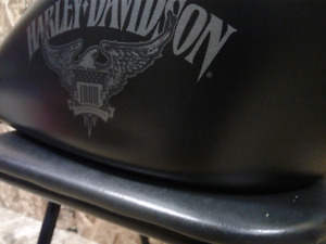 Harley iron 883 has tank with dent!