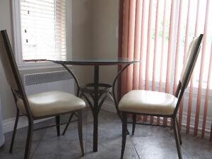 Table avec deux chaises