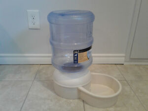 Le Bistro Pet Watering System (2.75 gallons)