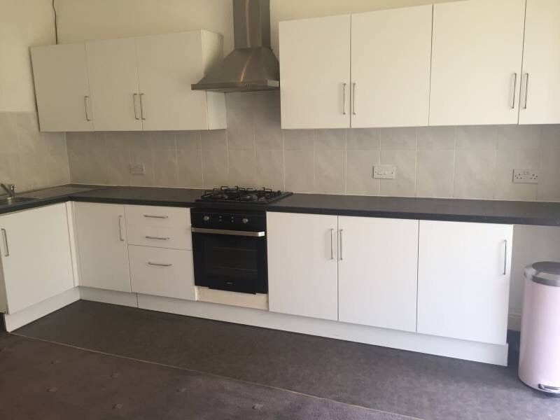 3 bed flat, double, Parking, close to transport, city centre, shops, Tesco, train station, furnished