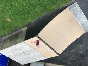 Quarter pipe ramp for skateboard or scooters