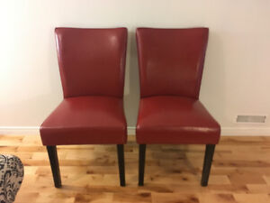 Two leather chairs/Deux chaises en cuir