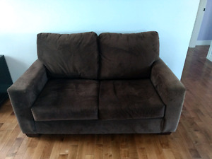 Brown loveseat. Excellent condition