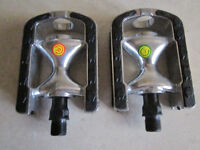 Alloy bike pedals with non-slip grips
