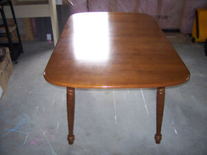 SOLID WOOD DINNING ROOM TABLE AND CHAIRS.