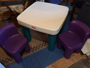 Little Tikes table & chairs / table et chaises