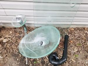 Lavabo en verre avec robinet style cascade