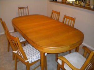 Oak Dining Room Table and chairs - $725 (White Rock)