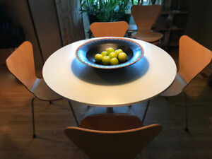 """Saarinen """"Tulip Table"""" and Six Stacking Chairs 