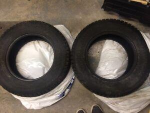 Deux pneus hiver / two winter tires. 215/70 R16