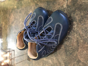 Size 7 Navy Geox shoes for toddler