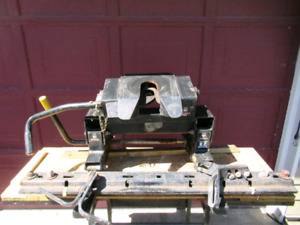 Husky 16k fifth wheel hitch, includes mounting rails