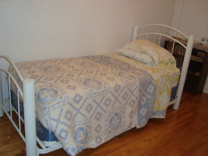 Lit simple avec matelas /Single Bed with Mattress + Box Spring