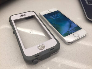 iPhone 5S 16GB Locked to Bell/Virgin MINT+LIFEPROOF Case