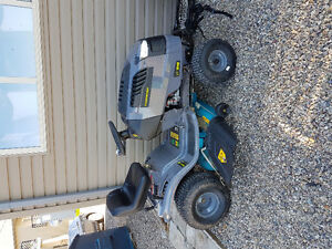 Almost new lawn tractor - Canadian tire - service incuded