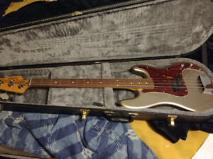 Squire jazz bass 4 strings with carrying case