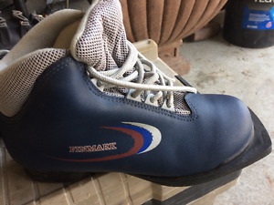 Old style ski boots size 7 women