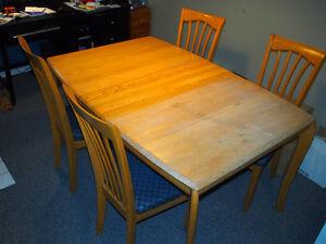 Table en chêne avec rallonge. 4 chaises.