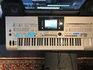 clavier électronique Yamaha modèle Tyros & 2 hauts parleurs