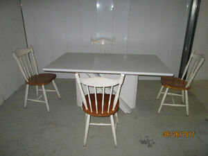 White Dinning table set 4chairs/ set de cuisine 4 chaises blanch