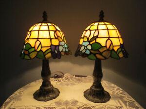 Lampe de table, abat-jour genre Tiffany, 30$ chacune.