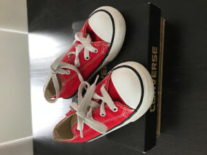 Boy Converse in red. Size 9US , 25 EUR